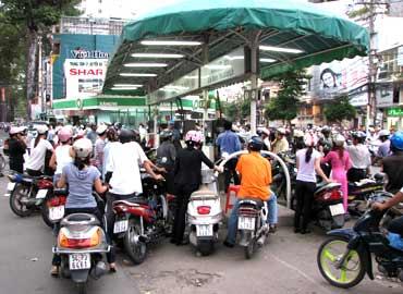 ガソリンスタンドに並ぶ人民・Hai Ba Trung通-Nguyen Dinh Chieu通の交差点